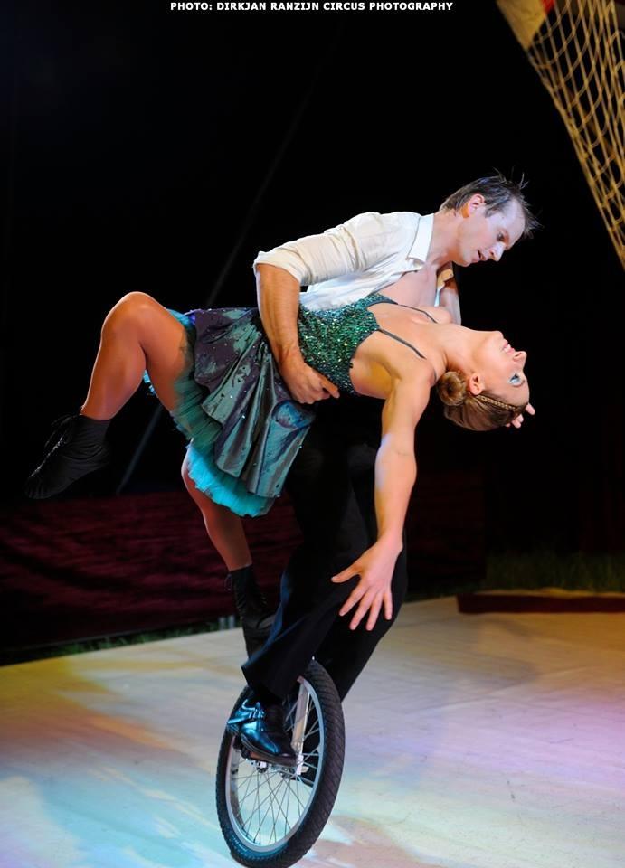 Afbeelding Tobit en Jasmijn tijdens eenwiel-act